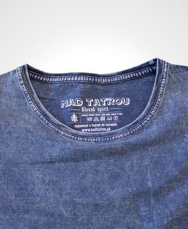 Detail výstriku trička s potlačou NAD TATROU jeansová modrá