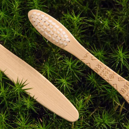 Bambusová kefka s folklórnym vzorom Čičmany detail