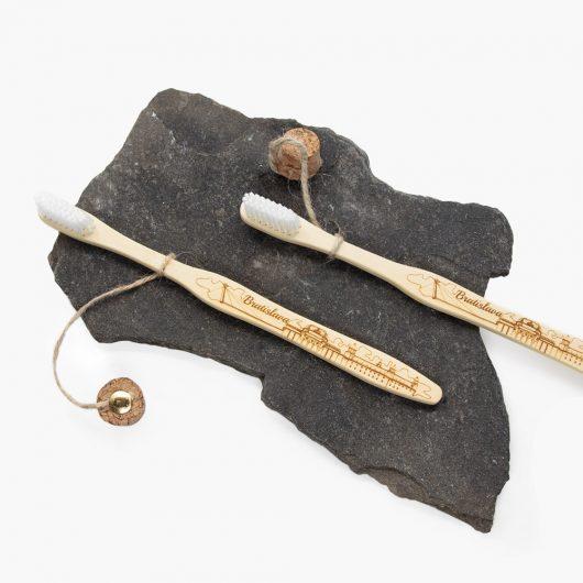 Darčeková bambusová kefka Earth Brush s gravírom Bratislava dizajn