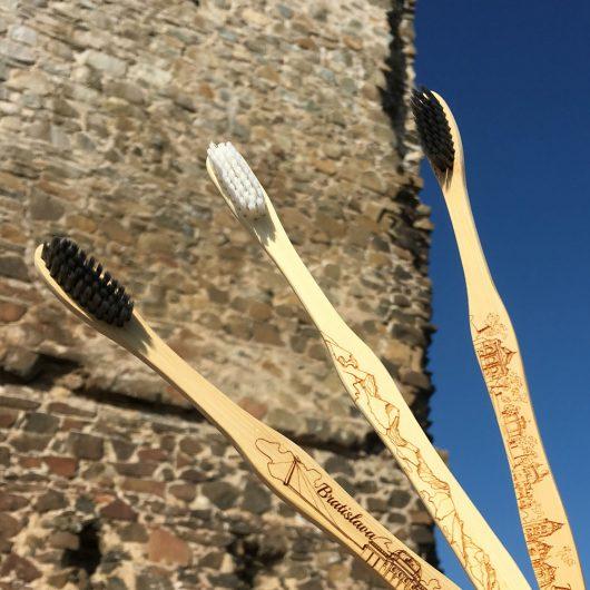 Darčeková bambusová kefka Earth Brush s gravírom Vysoké Tatry detail gravíru