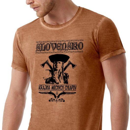 Pánske tričko Krajina mocných chlapov hnedé detail - Slovak Spirit